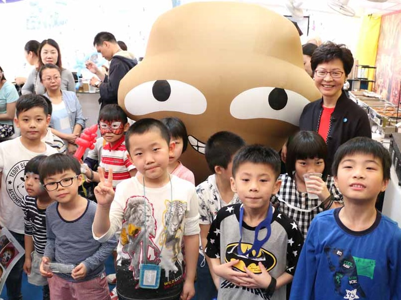 Big Waster returns to HK Sevens to promote waste reduction: Big waster with children and Mrs. Carrie Lam.