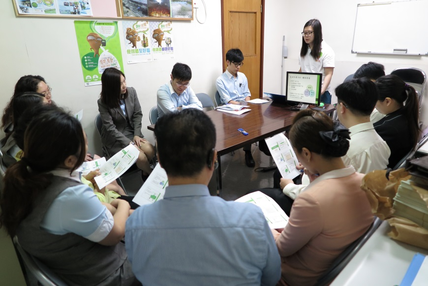 Metropolis Plaza (Sheung Shui) Food Wise Hong Kong Workshop:EPD representative presenting food waste reduction tips to staff members (2)