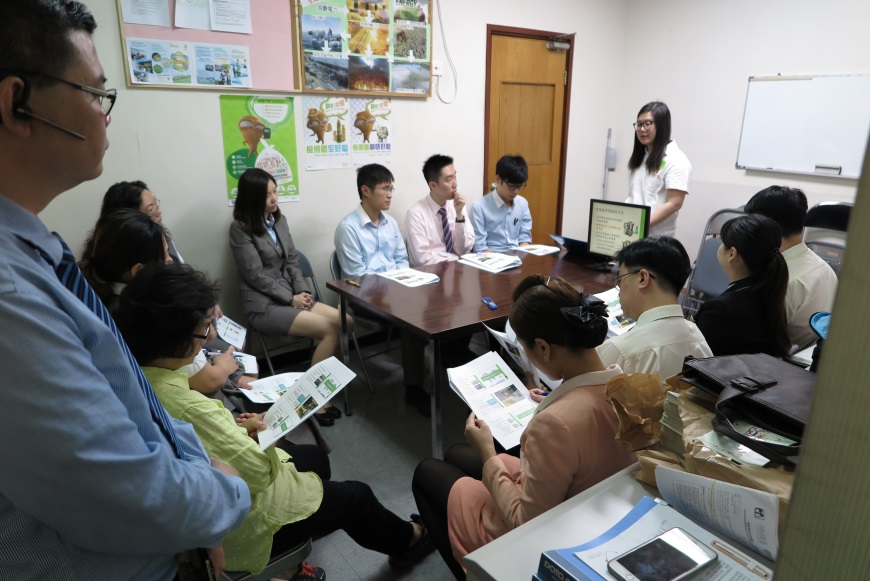 Metropolis Plaza (Sheung Shui) Food Wise Hong Kong Workshop: EPD representative presenting food waste reduction tips to staff members (1)
