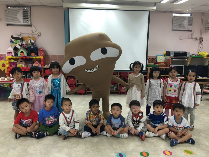 Food Wise Hong Kong Workshop for Yan Chai Hospital Kwok Chi Leung Kindergarten/Child Care Centre: Group photo of big waster and kindergarten students