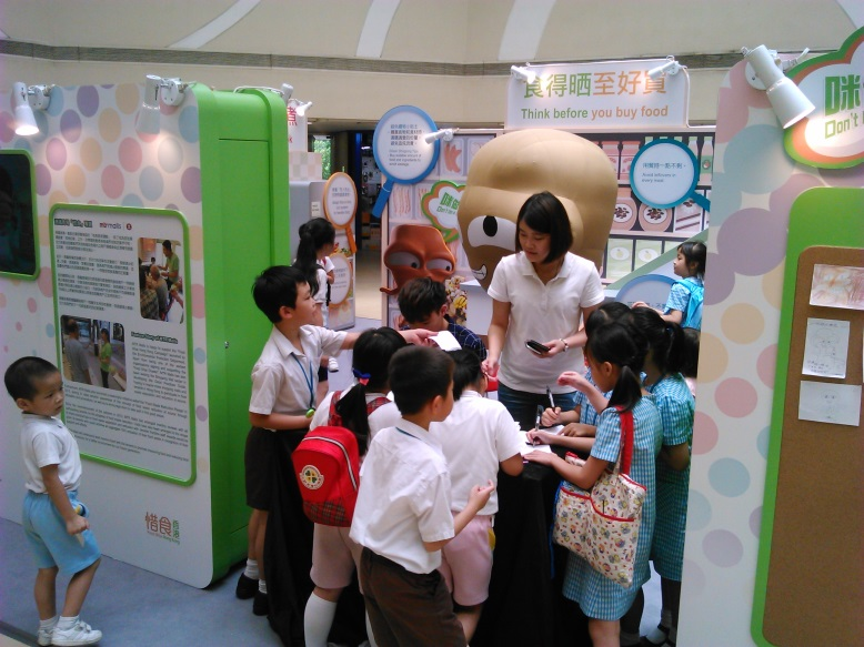 Food Wise Hong Kong Campaign to promote food waste reduction at Yuen Long District: EPD representative sharing food wise tips with children