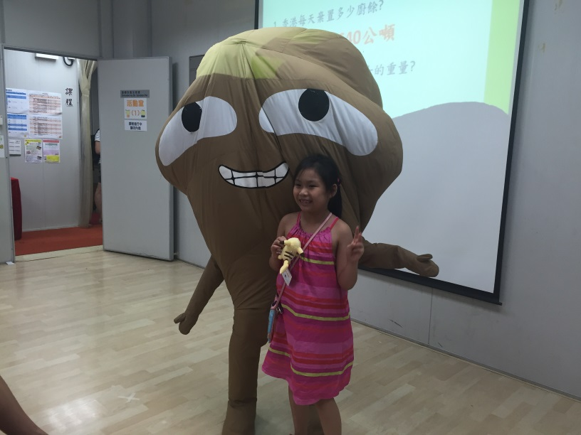 Junior Chamber International City Lady Food Wise Hong Kong Workshop: Picture of big waster with a girl