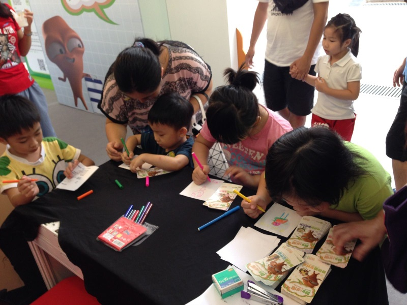 Food Wise Hong Kong Campaign to promote food waste reduction at Tuen Mun District : Children are writing down their  down their Food Wise wishes and opinions.