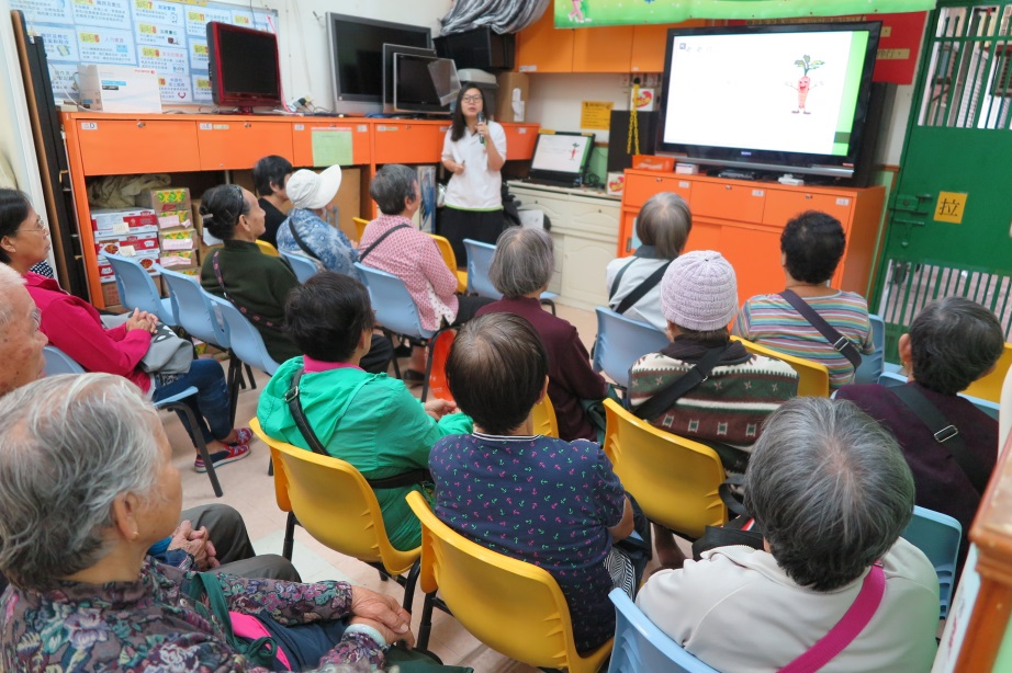CSBS Fong Wong Woon Tei Neighbourhood Elderly Centre Food Wise Hong Kong Workshop : Speaker introduces to the elderlies about food waste problems in Hong Kong,